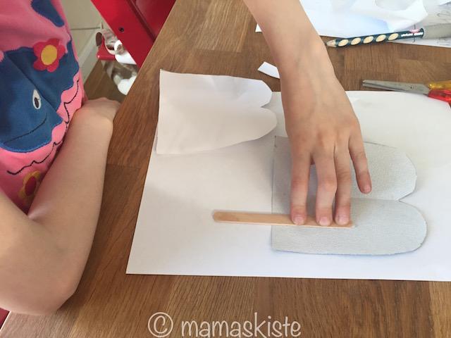 Stiel Aufkleben Das Papier Für Die Innenseiten Haben Wir Dann über Das  Eisstäbchen Eingeklebt Und Uns Schließlich Mit Dem Klettband Beschäftigt.